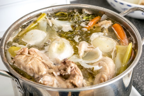 This 'Use What You Have' Chicken Stock is the perfect example of why you don't really need a recipe to make chicken stock. So easy! mexicanplease.com
