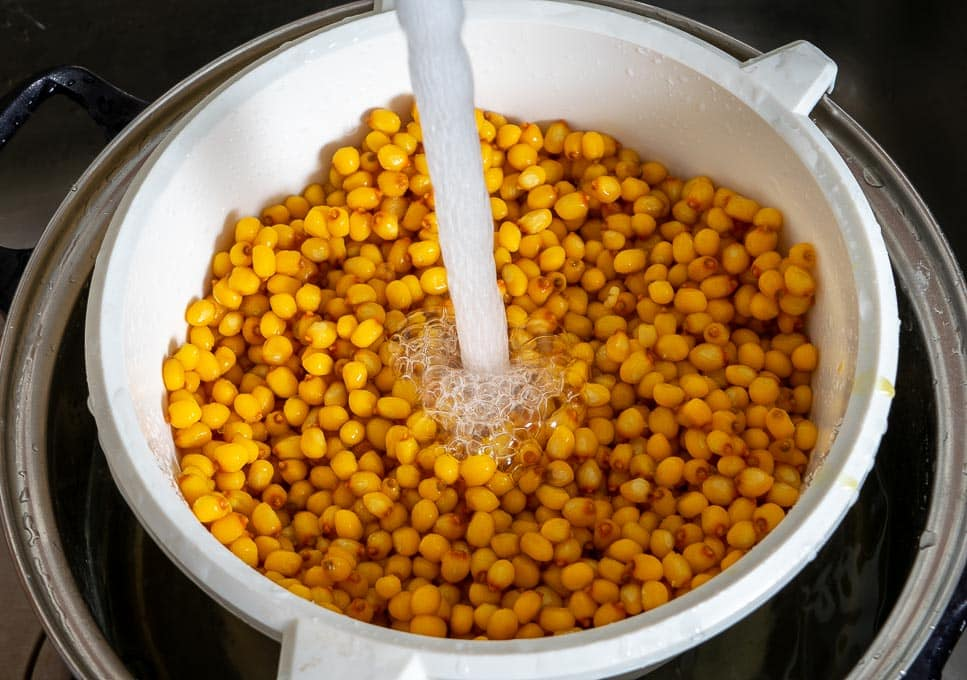 Rinsing off corn after nixtamalizing